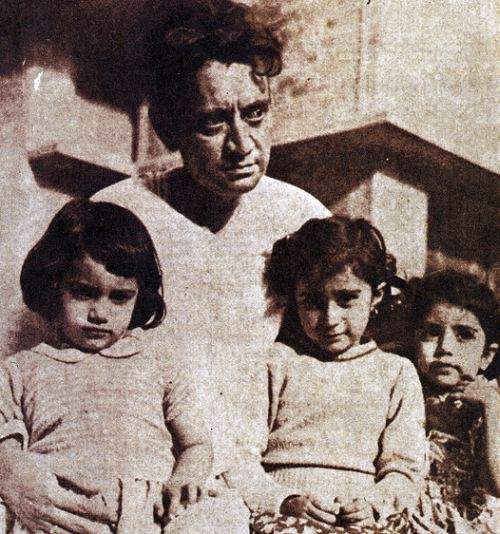 Manto with his daughters